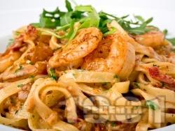Талятели със сметана, сушени домати, рукола, орехи и скариди - снимка на рецептата